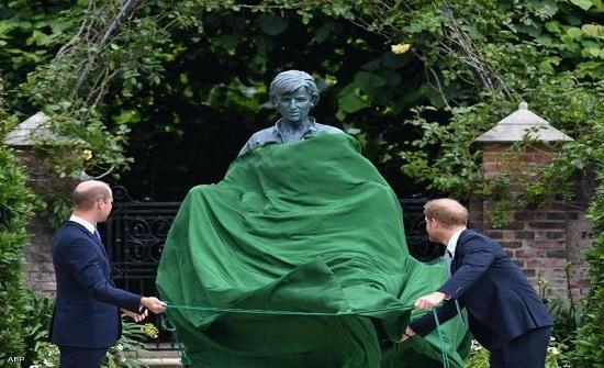 """""""وليام وهاري"""" يزيحان الستار عن تمثال والدتهما الأميرة ديانا"""