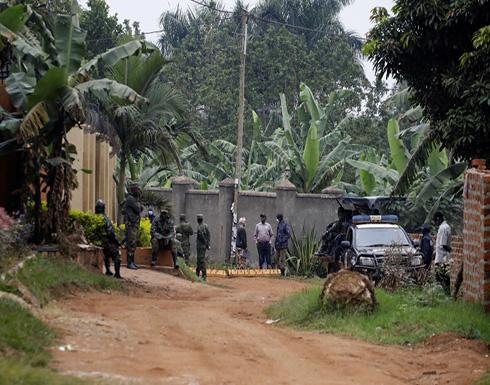 زعيم المعارضة الأوغندية يهرب من جنود الحكومة بعد محاصرته منزله .. بالفيديو