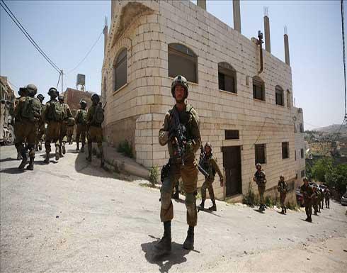 شاهد : الجيش الإسرائيلي يحاصر بلدة فلسطينية شمالي الضفة