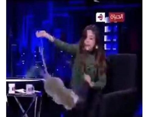 """على الهواء.. """"قرد"""" يتحرش بإعلامية مصرية والأخيرة تهرب وتترك الاستديو .. شاهد"""