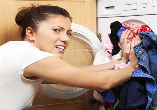 الماء الساخن أم الماء البارد أيهما أفضل في عملية غسيل الملابس ؟