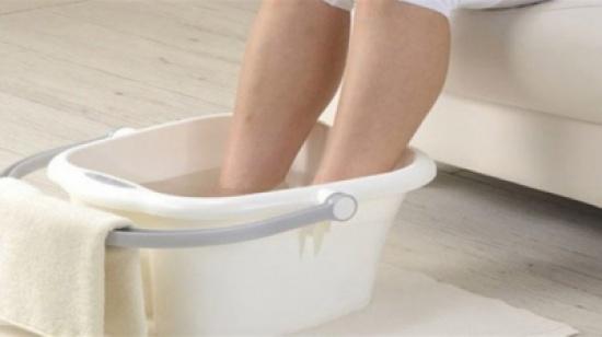 دراسة - لهذه الأسباب يجب وضع القدمين في المياه الباردة