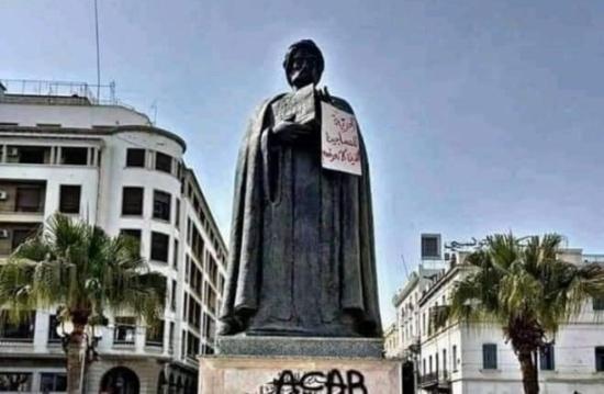 محتجون يعتدون على تمثال ابن خلدون بتونس.. وردود (شاهد)
