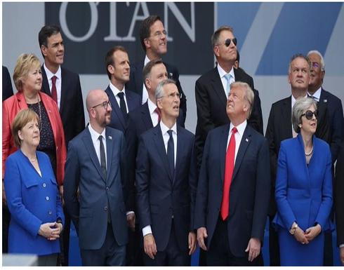 صورة : قادة الأطلسي ينظرون في اتجاه وترامب يخالفهم