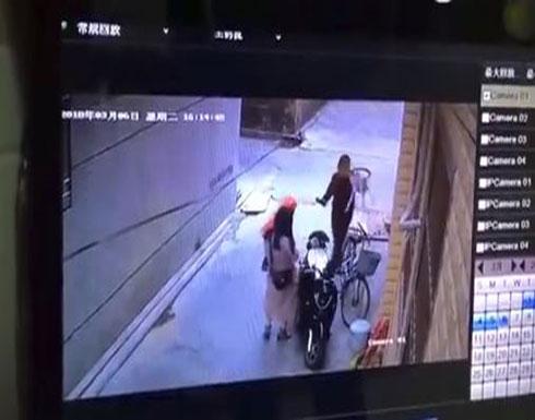 شخص يقوم بطعن سيدتين أثناء وقوفهما أمام منزلهما (فيديو)