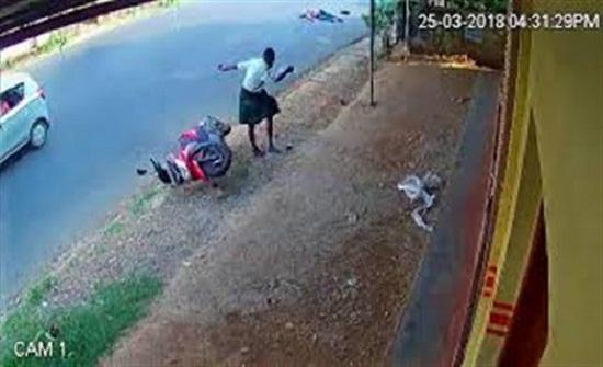 رد فعل رجل لحظة نجاته من حادث سير مروع (فيديو)