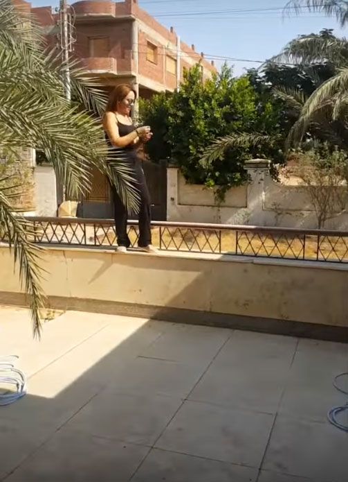 شاهد.. ماذا حدث لفنانة مغربية حاولت استعراض رشاقتها