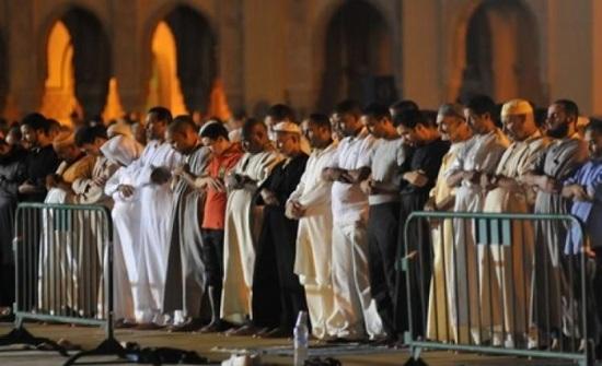 حكم من يصلي جماعة مع الإمام وهو خارج المسجد