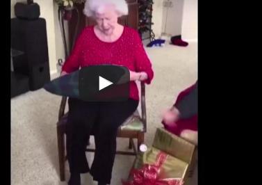 بالفيديو.. فتاة تقدم هدية غير متوقعة لوالدتها