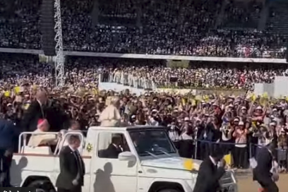 شاهد .. البابا فرنسيس يبارك طفلة اخترقت الحشود للترحيب به