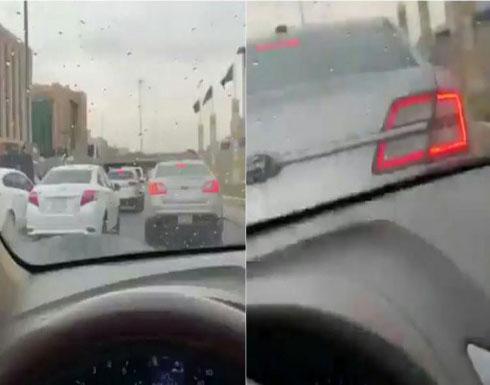 بالفيديو: فتاة سعودية تتعرض لحادث تصادم بسيارتها أثناء إنشغالها بتصوير الأمطار