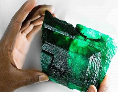 """عامل يعثر على """"حجر هائل"""" من الزمرد.. والقيمة لا يمكن تقديرها"""