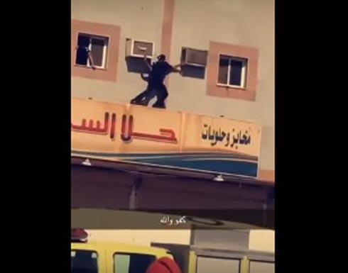 بالفيديو.. ماذا فعل رجال الأمن مع 3 أطفال حاول والدهم إلقاءهم من النافذة؟