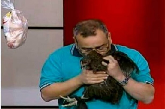 بالفيديو.. مذيع شهير يحضن دجاجة ويُقبلها على الهواء!