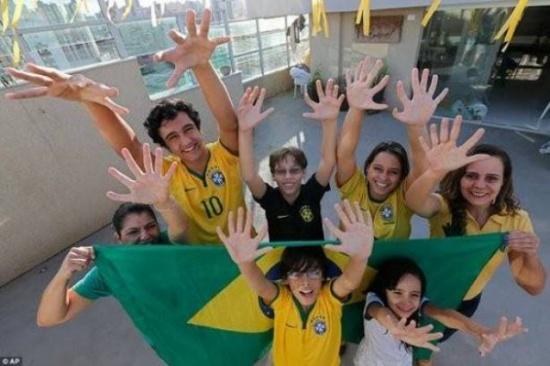 عائلةٌ أفرادها بـ6 أصابع.. هكذا حولتهم معاناتهم إلى مشهورين! (صور)