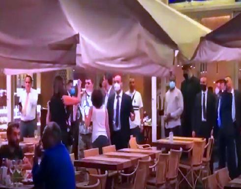 متظاهرين يتهجّمون في بيروت على وفد عراقي ومضيفيه .. بالفيديو