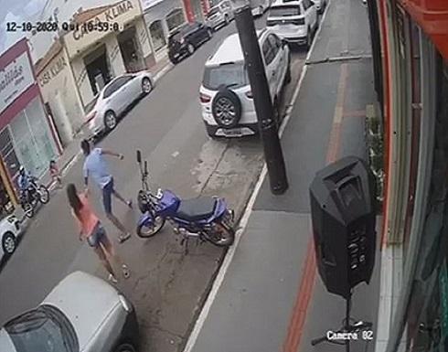 البرازيل  :بالفيديو.. صبي يعرض حياته للخطر لإنقاذ أخته من سيارة مسرعة