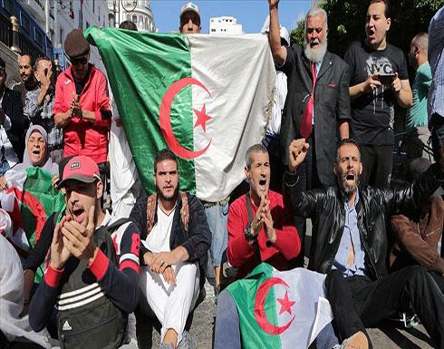بالفيديو : في الجمعة الـ47.. جزائريون تحت المطر يستظلون بمطالب التغيير