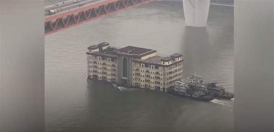 مشهدٌ يثير دهشة السكان.. مبنى ضخم يعبر نهراً! (فيديو)