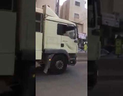 دخول حافلة جنود احتلال الى قلنديا والشبان يرشقونها بالحجارة
