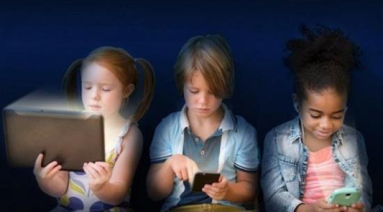 تقرير: أطفال يقضون 5 ساعات يومياً أمام الأجهزة الإلكترونية