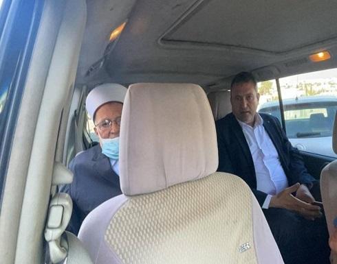 الاحتلال يقتحم منزل الشيخ عكرمة صبري ويستدعيه للتحقيق (شاهد)