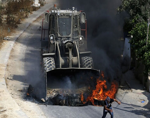 """بالفيديو : جرافة إسرائيلية تهاجم المتظاهرين الفلسطينيين في """"كفر قدوم"""""""