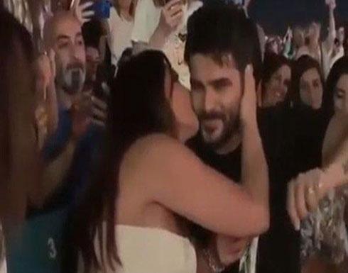 بالفيديو : إليسا وناصيف زيتون يتبادلان القبل أمام الجمهور!