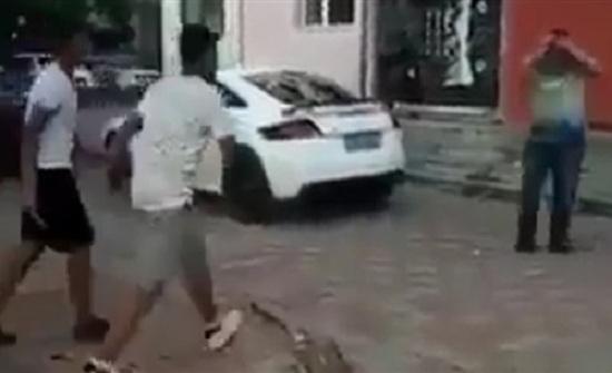 شاب حاول تنفيذ مقلب في رجل بالشارع فوقع في شر أعماله (فيديو)