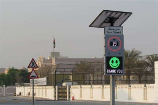 """بالصور: إشارات ذكية عند مدارس دبي على شكل وجوه """"إيموجي"""" تتغير حسب سرعة السائق"""