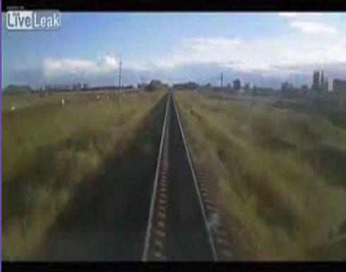 لحظة اصطدام قطار بمزارع وبقرته (فيديو)