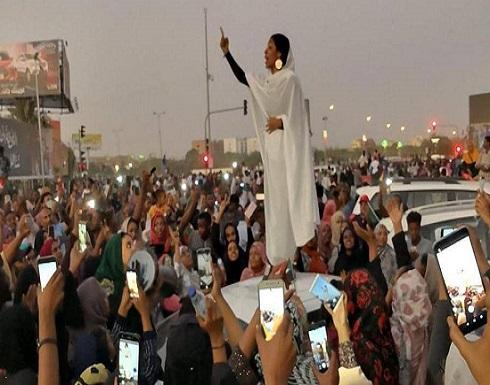 """بالفيديو : """"تمثال حرية جديد"""".. إشادة عالمية بـ""""إيقونة"""" احتجاجات السودان"""