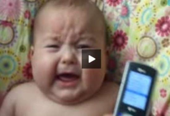 فيديو| لغز حير والدته..رضيع يبكي دائما اذا سمع هذا الصوت من داخل الهاتف !