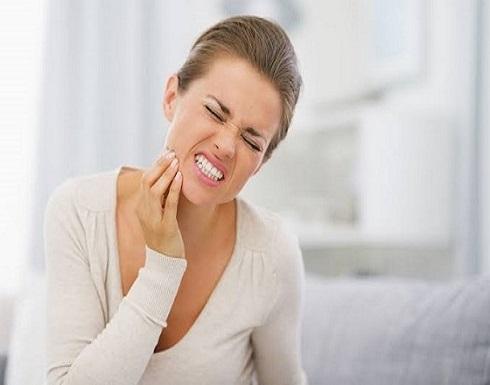 طرق طبيعية فعالة للتخلص من آلام الأسنان للمرأة