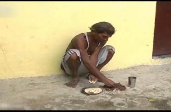 بالفيديو: هندي يعيش على تناول كرات الطين والطوب