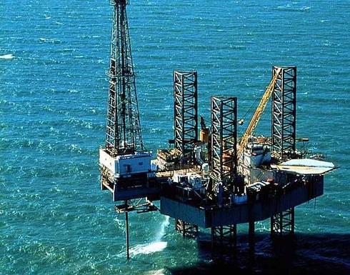 """النفط يهبط 2 بالمئة مع تراجع """"وول ستريت"""""""