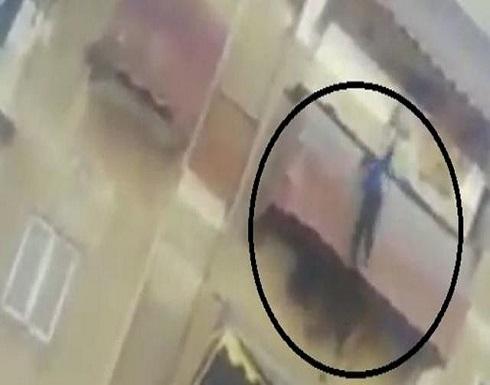 """32 ثانية صادمة لـ""""طفلاً يلقى بنفسه من الدور الثاني بمصر .. بالفيديو"""