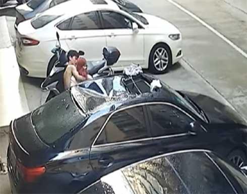 بالفيديو.. سقوط شابة من مبنى على سقف سيارة في هونغ كونغ