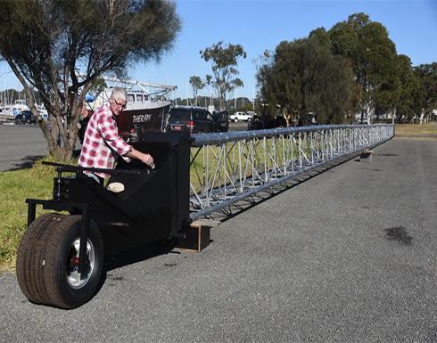 أكثر من 47 مترا.. مسن يدخل موسوعة غينيس بأطول دراجة في العالم (فيديو)