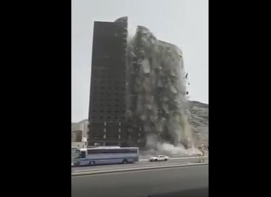 بالفيديو.. السعودية: لحظة انهيار مبنى بطريقة غريبة