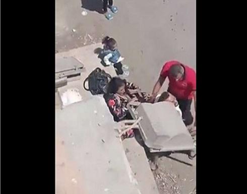 في بلد عربي .. شاهد: رجل يبرح زوجته ضربًا أمام أطفاله