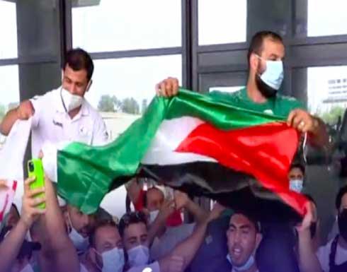 محملا على الأكتاف وبأهازيج فلسطين.. هكذا استقبل الجزائريون بطلهم نورين بعد رفضه مواجهة لاعب إسرائيلي- (فيديو)