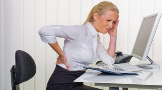 زيادة الوزن وقلة الحركة.. من أهم أسباب آلام الظهر