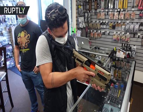 طوابير أمام متجر لبيع الأسلحة قبيل الانتخابات الرئاسية الأمريكية .. بالفيديو