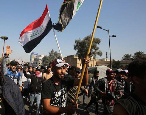 شاهد : القوات الأمنية تضرب المتظاهرين قرب مبنى محافظة بابل في العراق