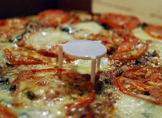 ما سبب وجود طاولة بلاستيكية صغيرة في وجبة البيتزا؟