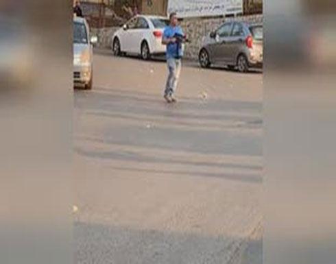 شاهد : مسلح يطلق النار بين المتظاهرين في جل الديب والأمن يعتقله في لبنان