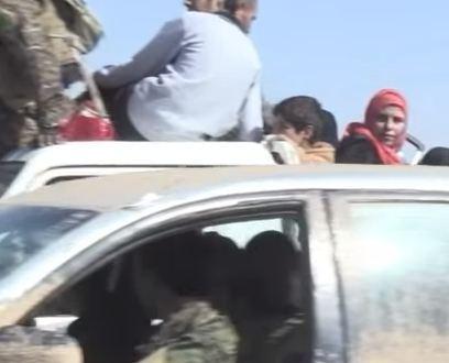 شاهد .. عشرات المدنيين يفرون من القصف في مدينة الرقة