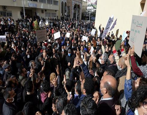 المئات يحتجون في تونس والشرطة تطوق شارع الحبيب بورقيبة .. بالفيديو