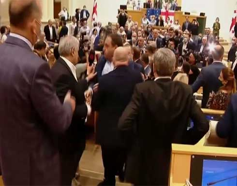 شاهد : مناوشات في البرلمان الجورجي بعد مقتل صحفي